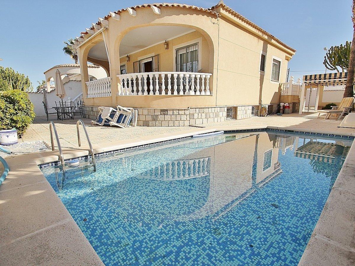 Prachtige villa met zwembad en gastenverblijf te koop op 450m2 grondstuk in La Siesta, Torrevieja