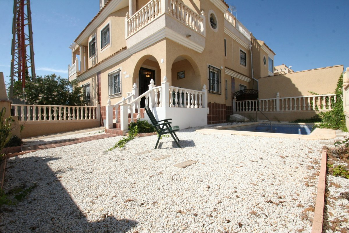 Townhouse with garden of 100m2 and private pool for sale in Playa Flamenca