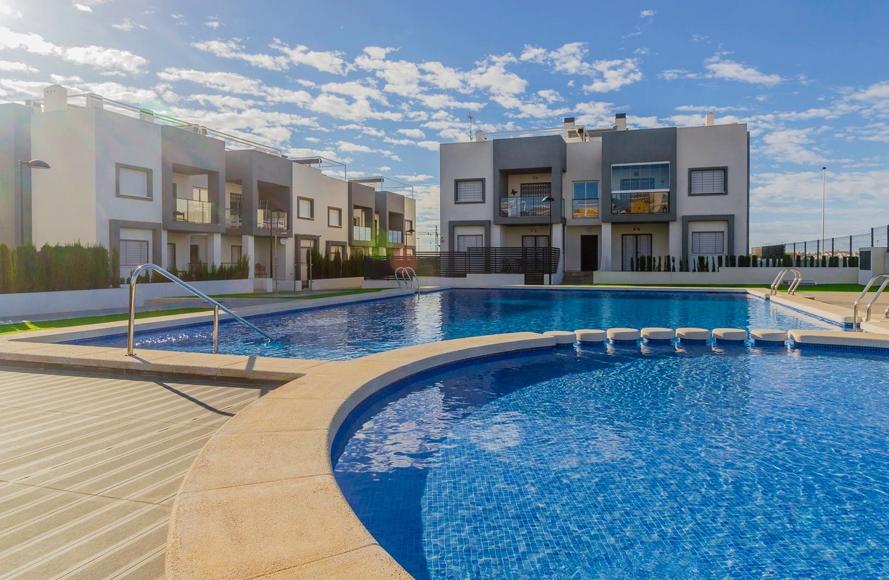 Nagelnieuwe woning te koop met zicht op het gemeenschappelijk zwembad in Aguas Nuevas, Torrevieja.