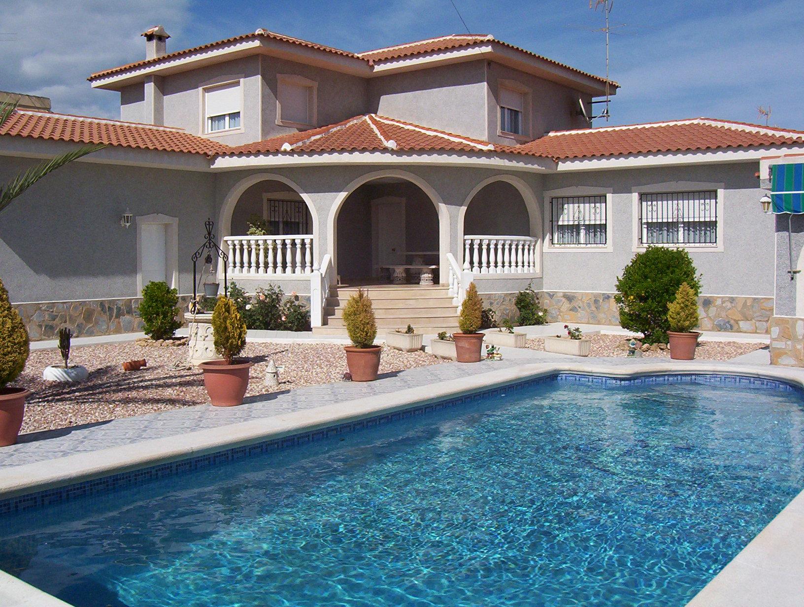 Authentieke Spaanse villa te koop met zwembad en garage in Torreta Florida, Torrevieja