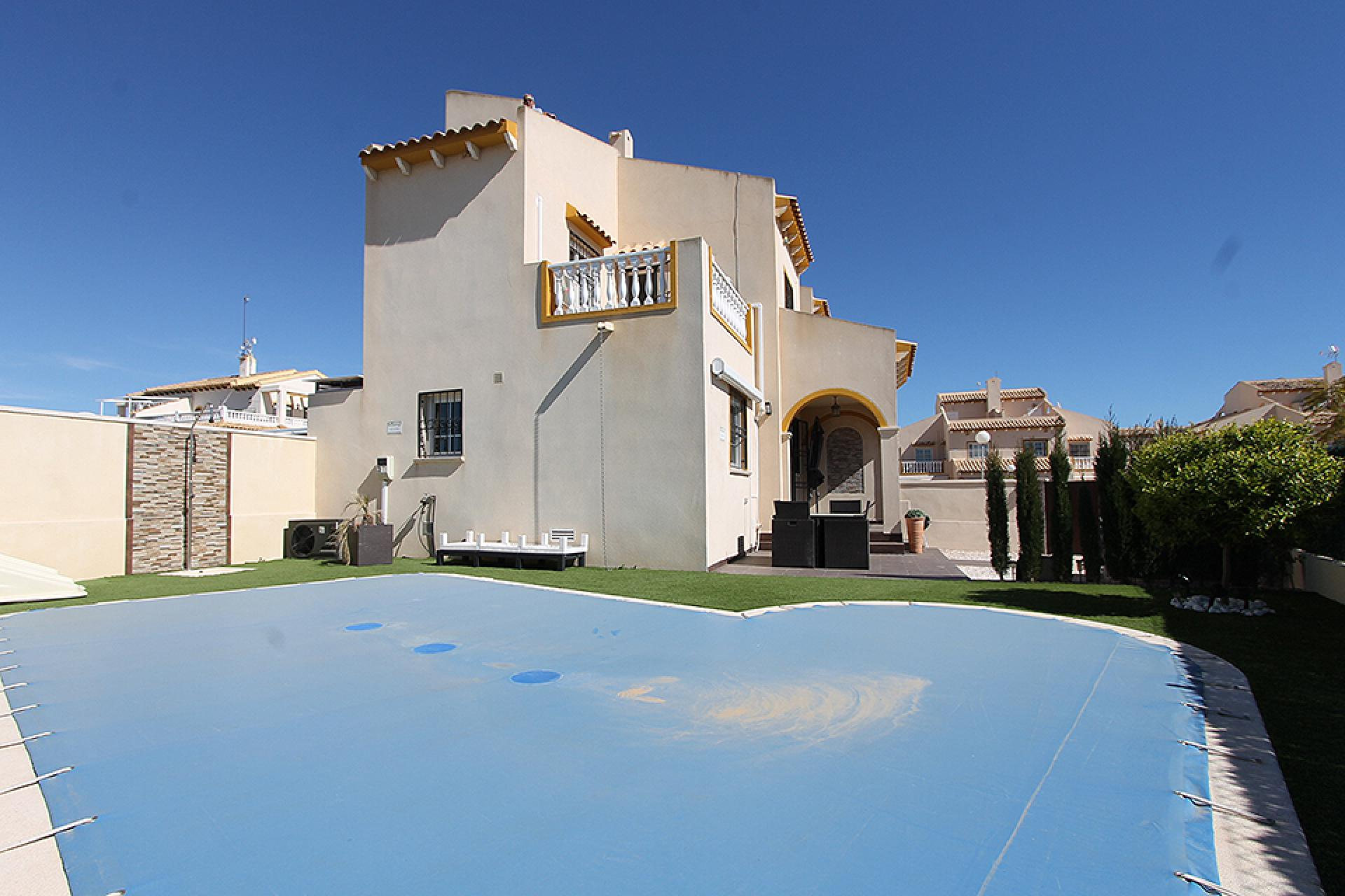 Prachtige zuid gerichte hoekvilla te koop met een fantastische buitenruimte op Playa Flamenca, Orihuela Costa.