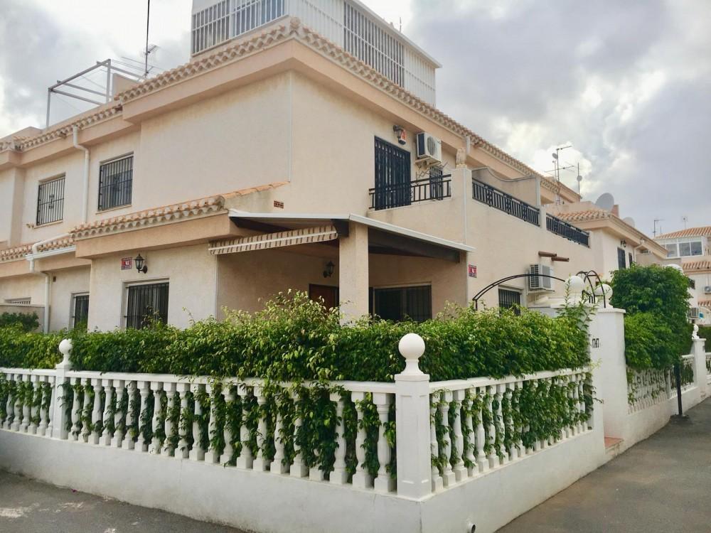 Ruime hoekwoning te koop in Playa Flamenca, Orihuela Costa.