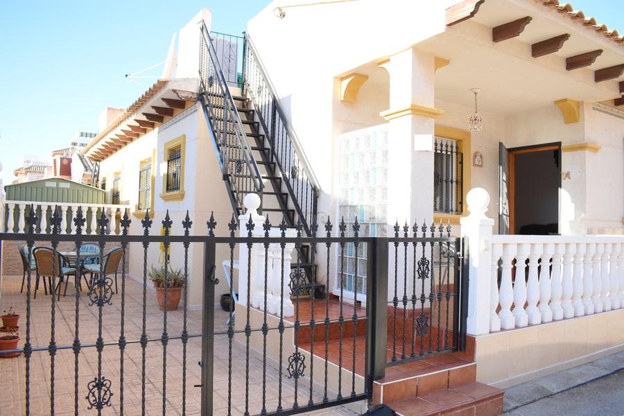 Bungalow te koop in een gesloten urbanisatie in Playa Flamenca, Orihuela Costa.