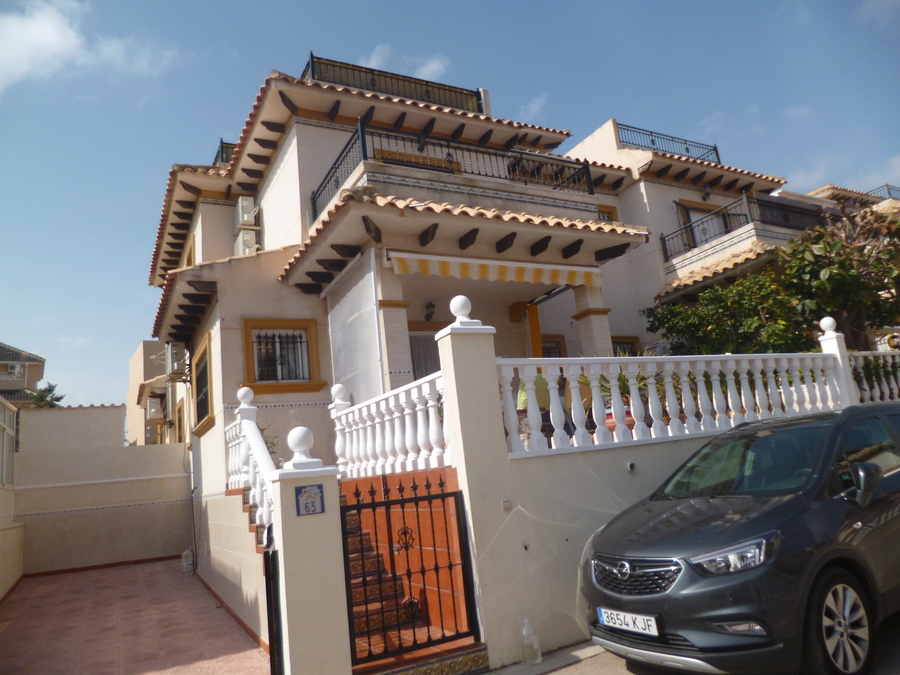A lovely townhouse for sale in Playa Flamenca walking distance to the La Zenia Boulevard.