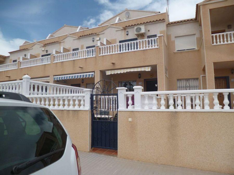 Mooie duplex rijwoning te koop in een kleine urbanisatie in Punta Prima.