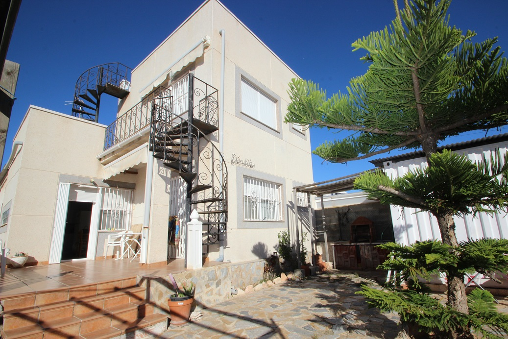 Detached villa for sale with lots of potential on the outskirts of Torrevieja.