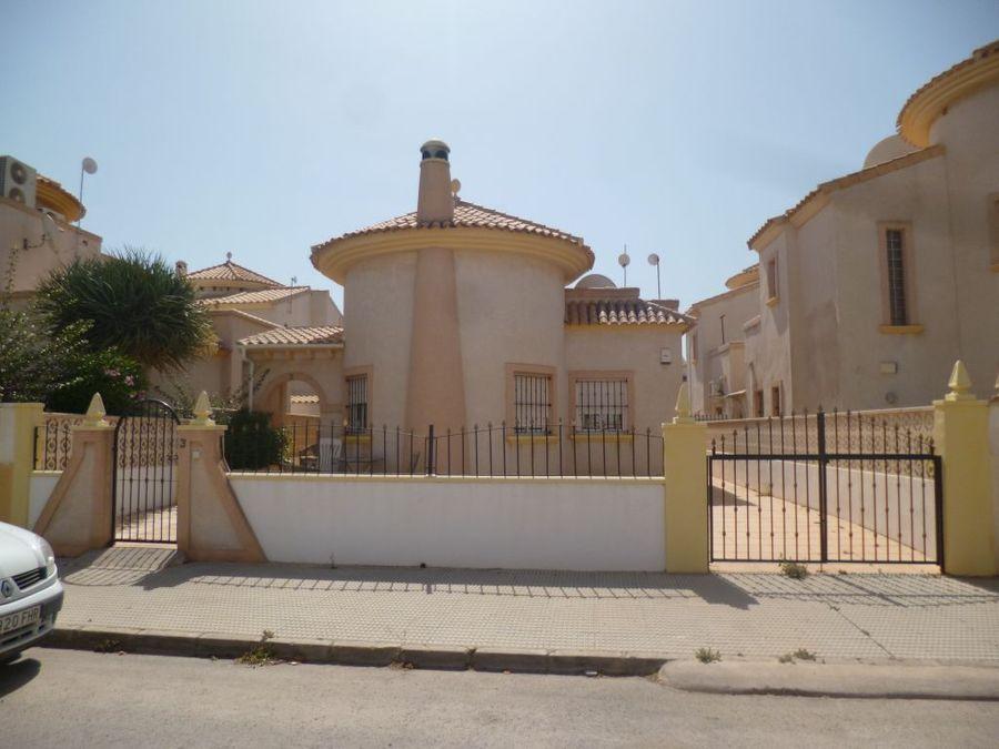 Mooie vrijstaande villa te koop bij het strand van La Zenia, Orihuela Costa.