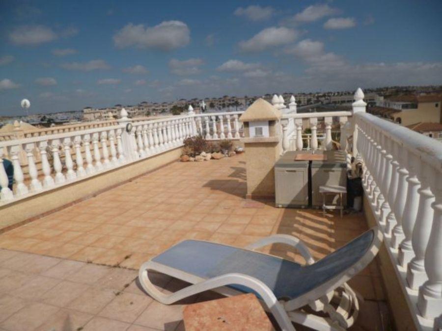 Ruime duplex penthouse te koop met panoramisch uitzicht op de zee op Playa Flamenca.