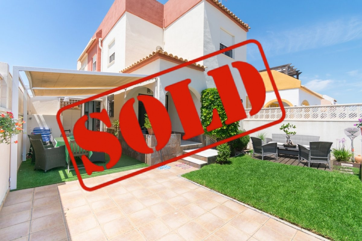 Large semi renovated townhouse for sale on a large corner plot in Altos del Limonar, Torrevieja