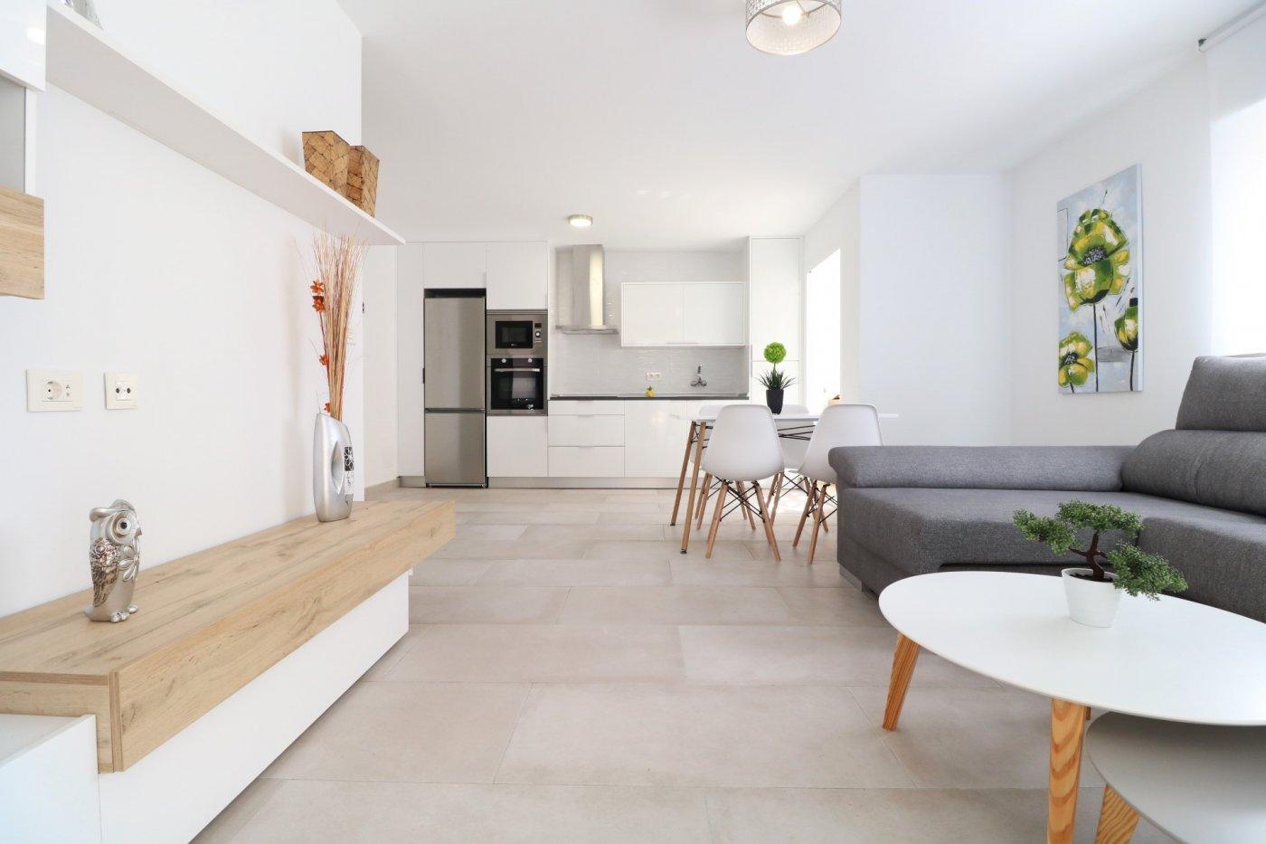 Mooi modern gerenoveerd appartement te koop bij het strand van Acequión in Torrevieja.