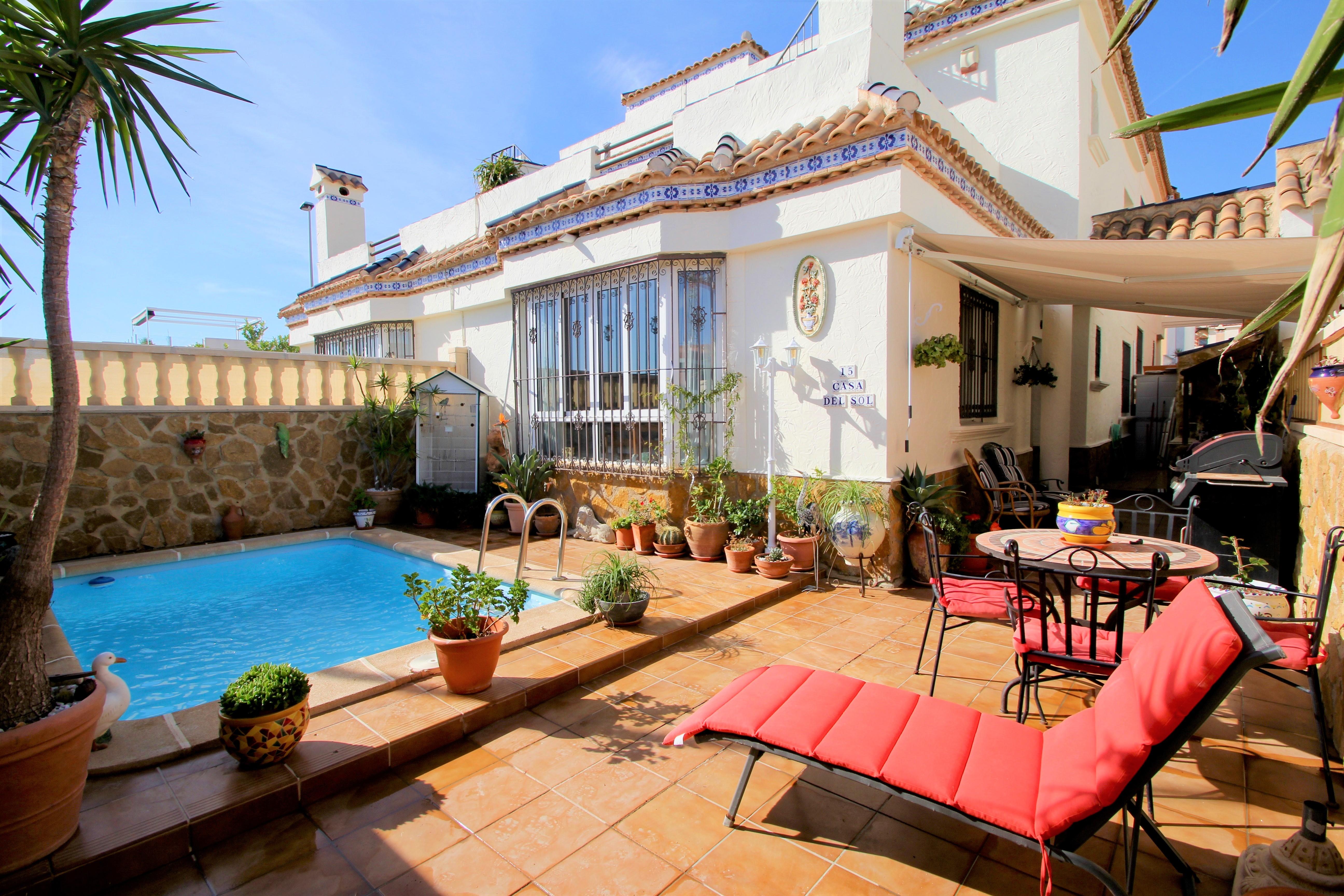 Ruime zuid gerichte duplex woning te koop met privé zwembad in het nieuwe Villamartin.