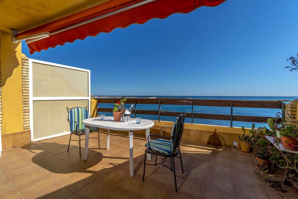 Ruime penthouse te koop met onbelemmerde zeezicht op de 1ste lijn aan het strand van El Acequión in Torrevieja.
