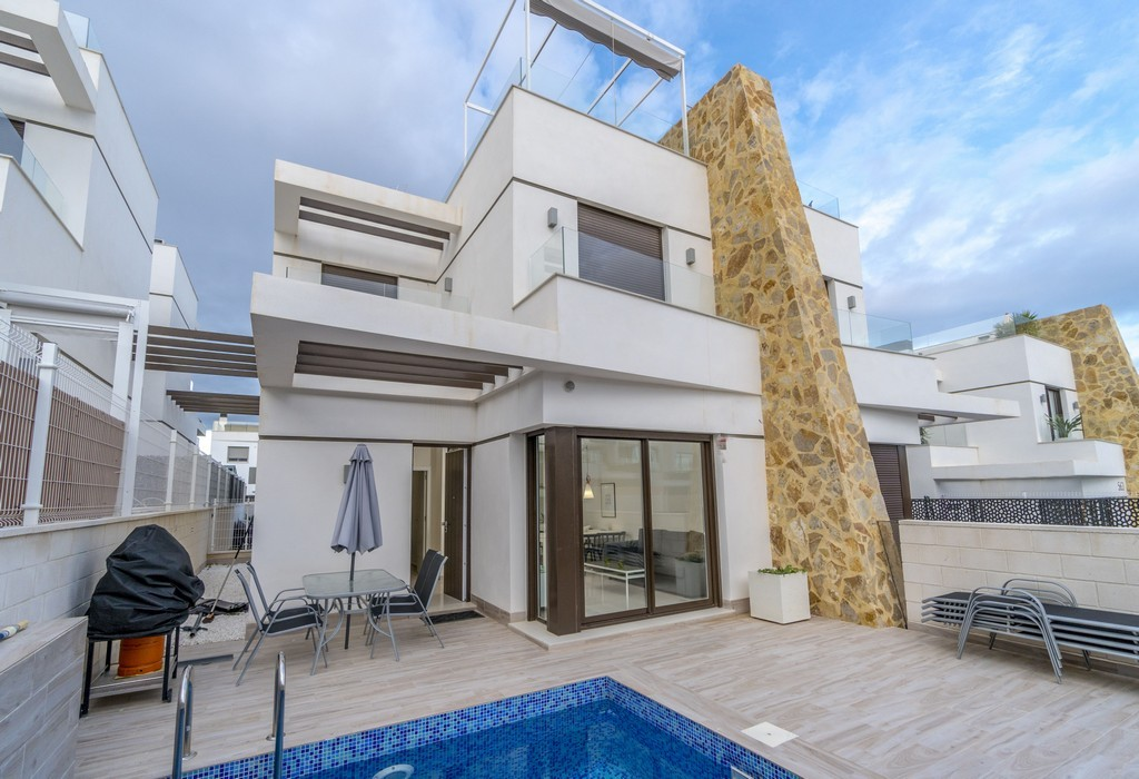 Nearly new modern semi-open townhouse for sale with private pool in Los Altos near Villamartin, Orihuela Costa.