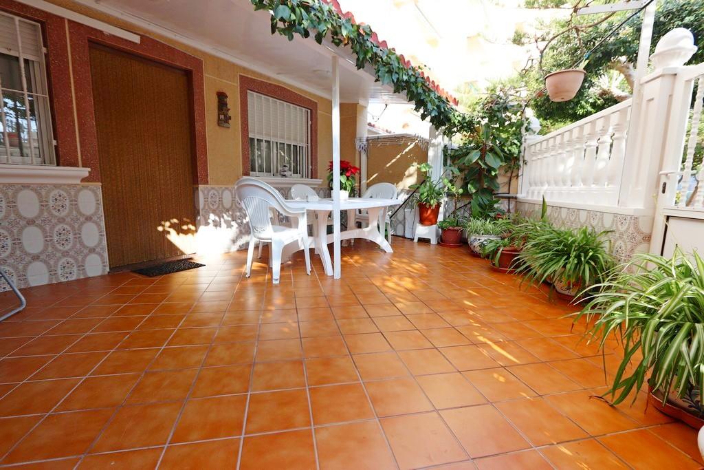 Mooi gelijkvloers appartement te koop in een mooi complex met zwembad in La Mata, Torrevieja.