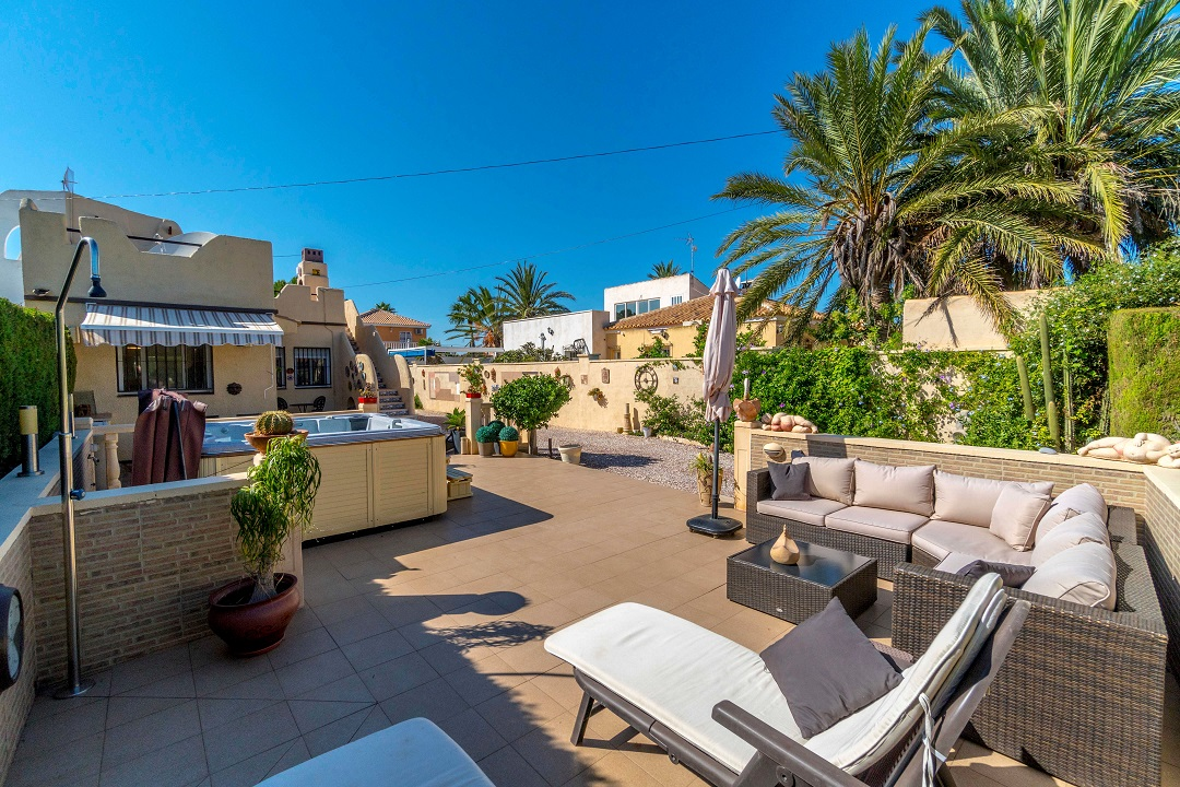 """Immaculate renovated semi-detached villa for sale in the residential urbanization """"Torreta Florida"""" in Torrevieja."""