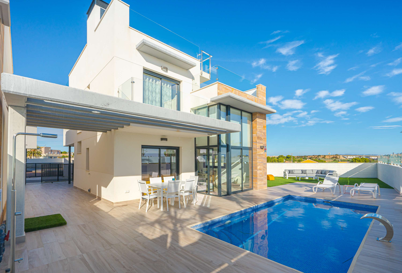 Nieuwbouw modelwoning te koop met zwembad, kelder en dakterras in La Zenia.