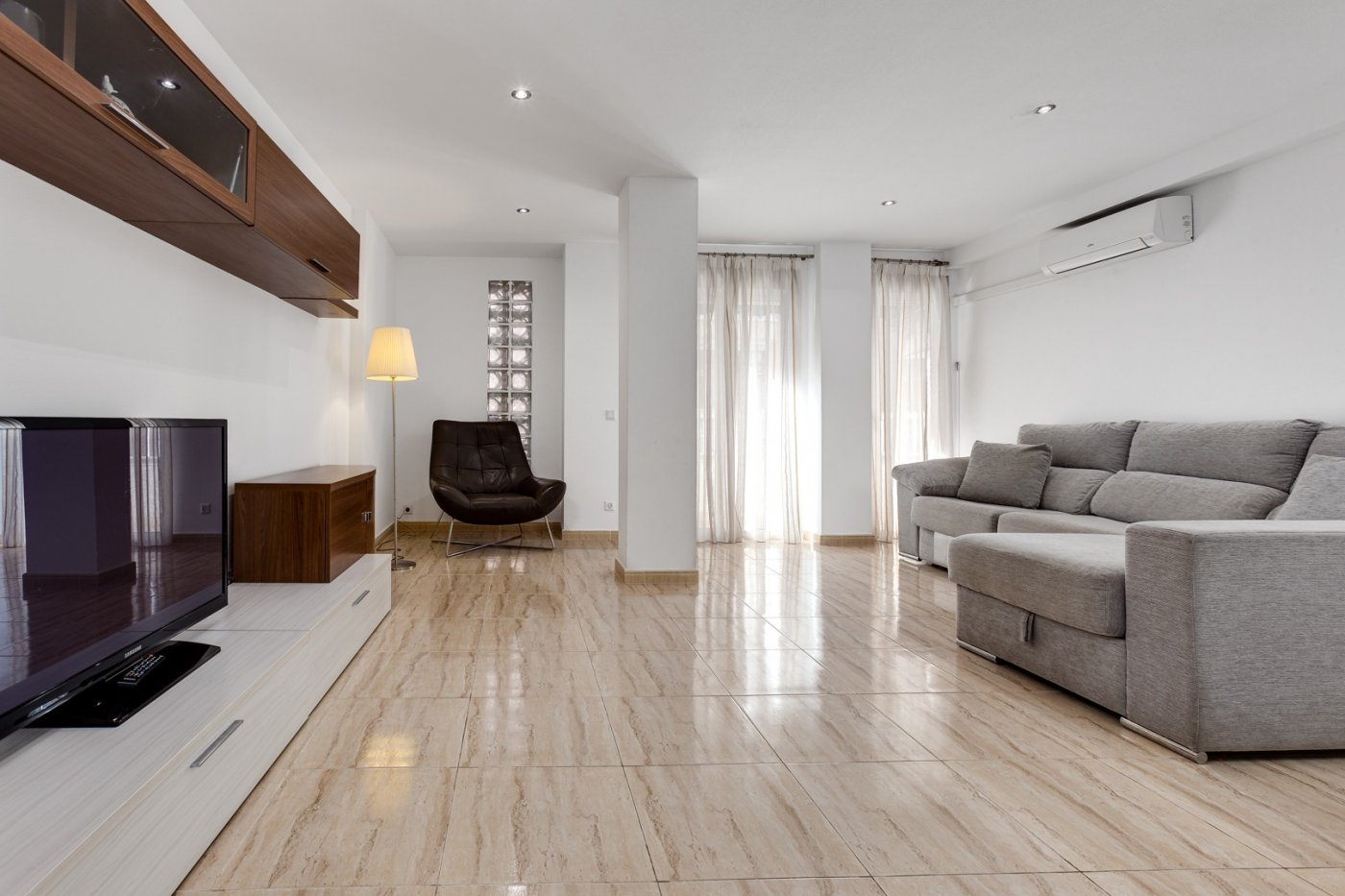 Spacious renovated 3 bedroom apartment for sale just 250m from the Playa del Cura beach