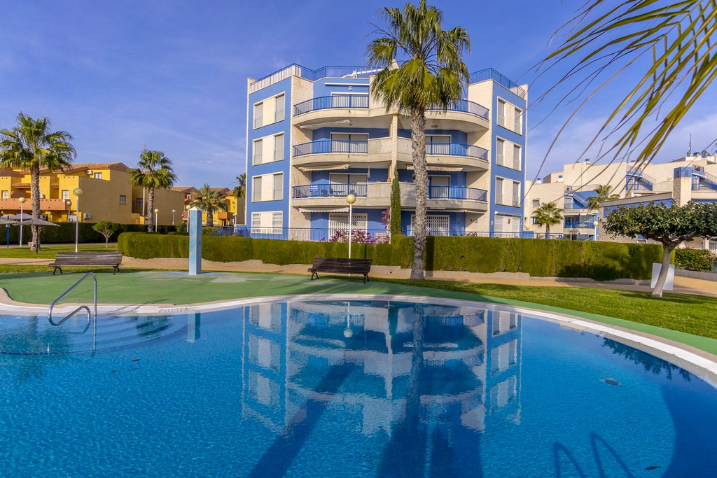 Impeccable apartment for sale in a 1st line building on the beach of Aguamarina in Cabo Roig.