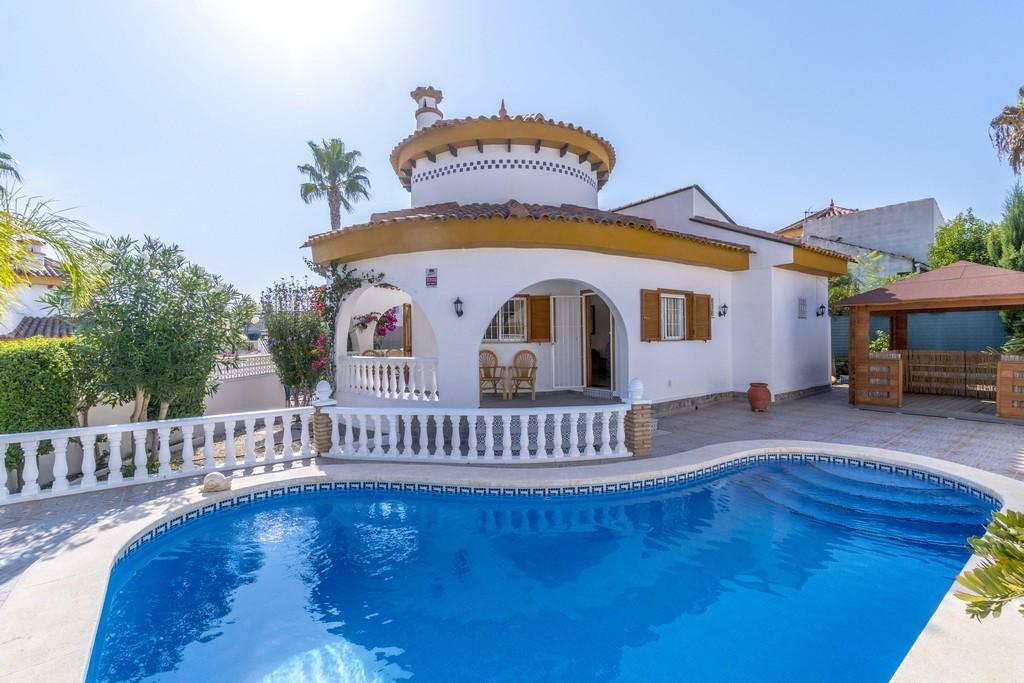 Beautiful Mediterranean villa for sale 800m from the beach in Mil Palmeras.