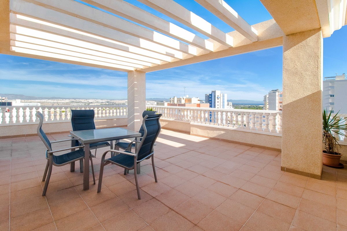 Penthouse for sale with a huge terrace with fantastic views in Guardamar Del Segura.