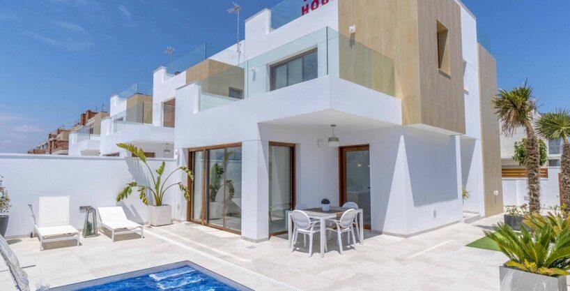 Luxury development of detached villas for sale only 300m from the beach in Torre de la Horadada.