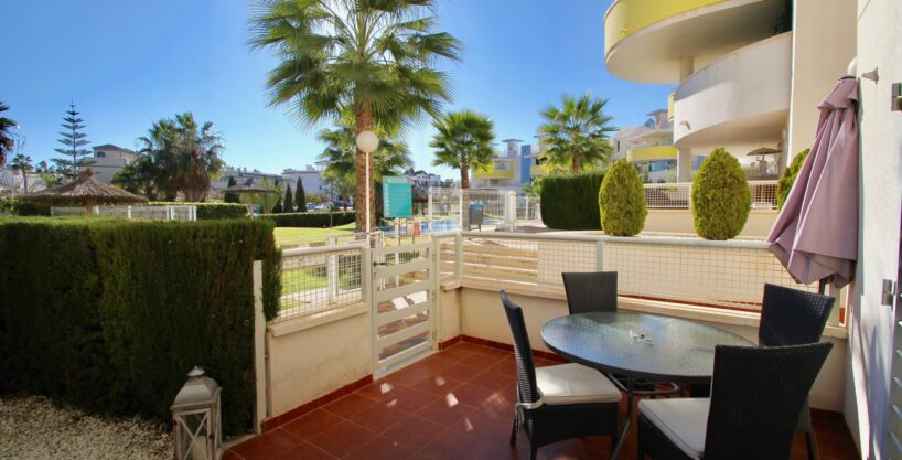 Beautiful ground floor apartment for sale with direct access to the pool in Res. Novogolf, Villamartin.