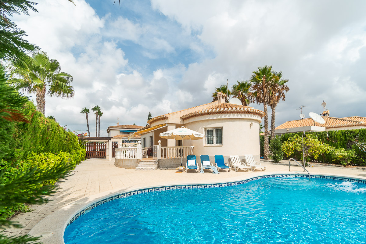 Detached villa for sale within walking distance to La Zenia Boulevard, a shopping paradise.