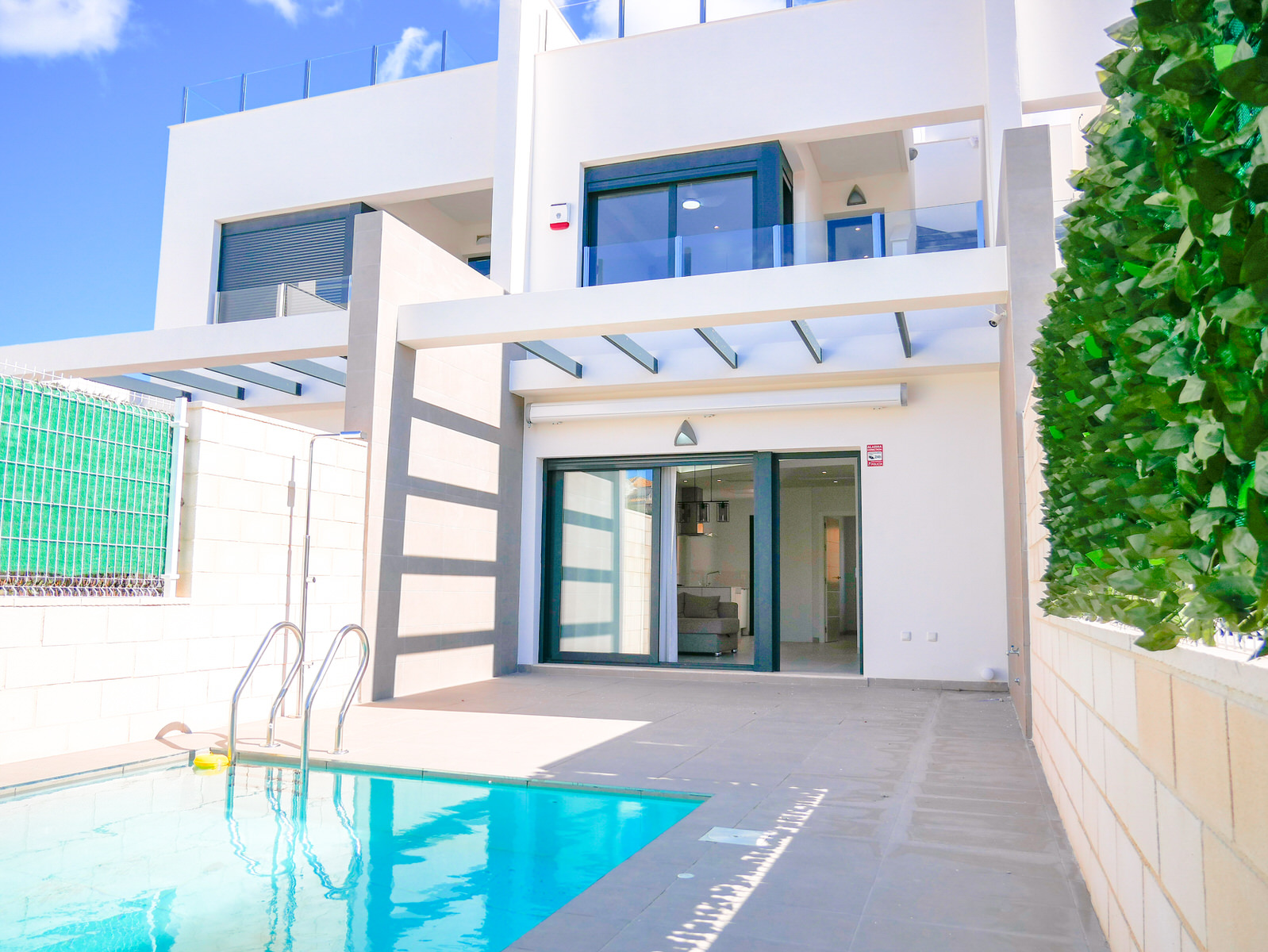 As good as new amazing townhouse for sale in a well located new residential area of Villamartin, Orihuela Costa.