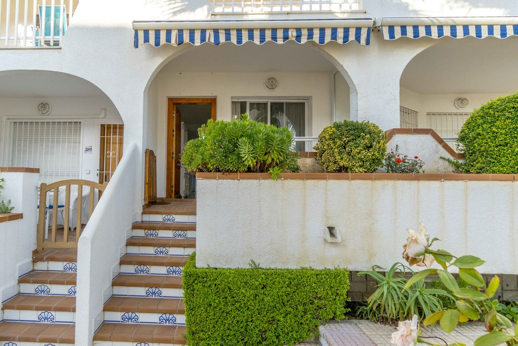 Ground floor bungalow for sale in Residencial Aguamarina only 100 meters from the beach in Campoamor.