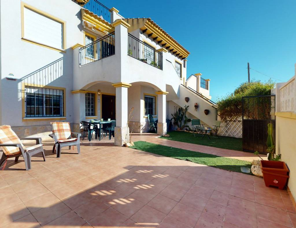 Beautiful ground floor bungalow for sale with a sunny garden in Lago Jardin I, Los Balcones, Torrevieja.