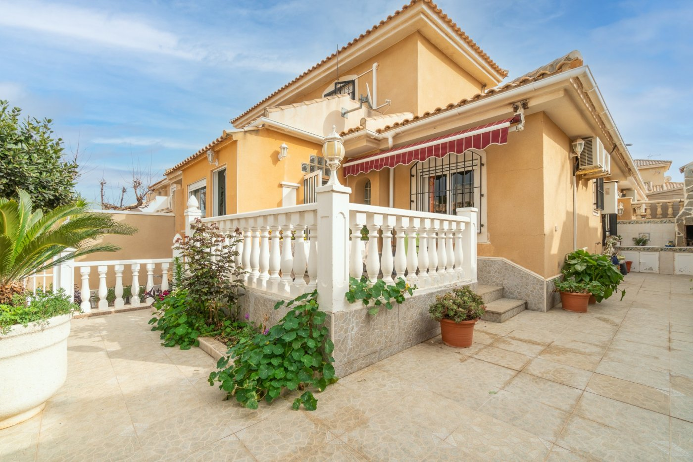 Spacious semi-detached townhouse for sale in ​​Los Altos near all amenities in Torrevieja.