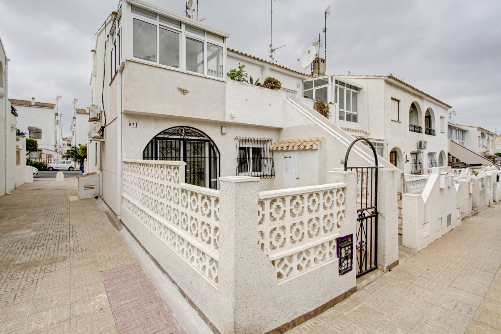 Partially renovated ground floor corner bungalow for sale within walking distance to the Los Náufragos beach