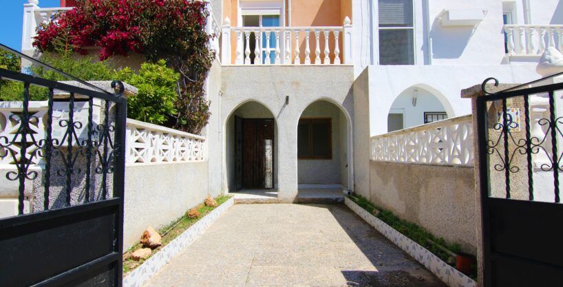 South facing townhouse with front and back garden for sale in Nueva Torrevieja