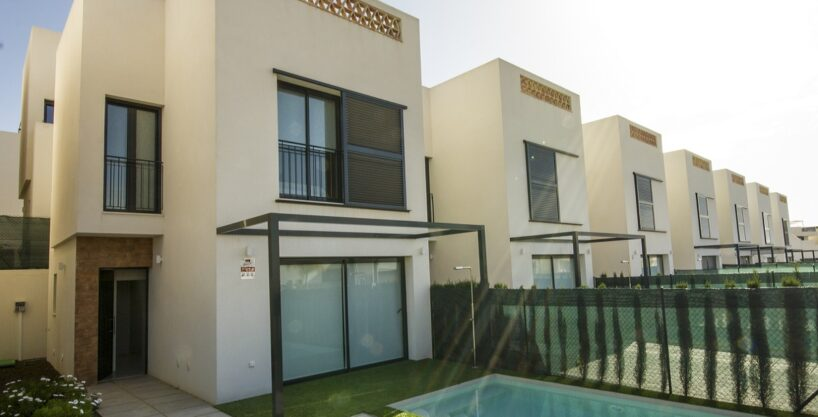 Last 2 key-ready villas for sale with pool next to the centre of the enchanting town of Benijofar.