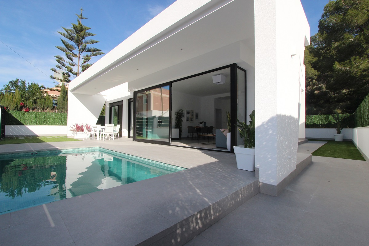 Key ready modern detached villas for sale in the idyllic green area of Pinar de Campoverde.