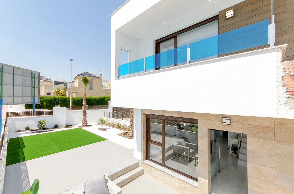 New construction project of townhouses for sale in the residential Los Balcones, Torrevieja.