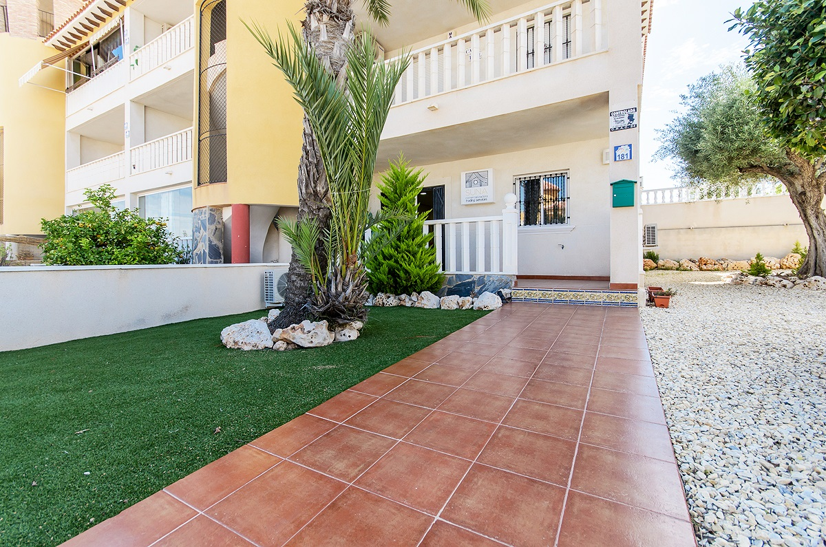 Ground floor apartment with a spacious plot for sale in Lomas de Cabo Roig.