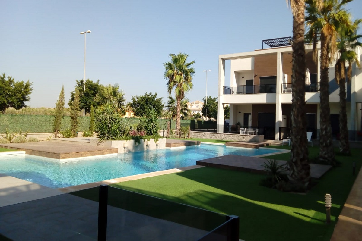 """Key ready ground floor and upstairs apartments for sale opposite the """"La Laguna de la Mata"""" nature reserve."""