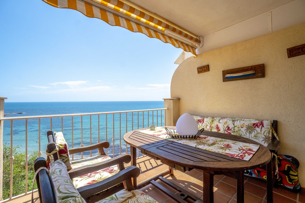 Apartment for sale with spectacular sea views on the beach of Aguamarina in Cabo Roig.