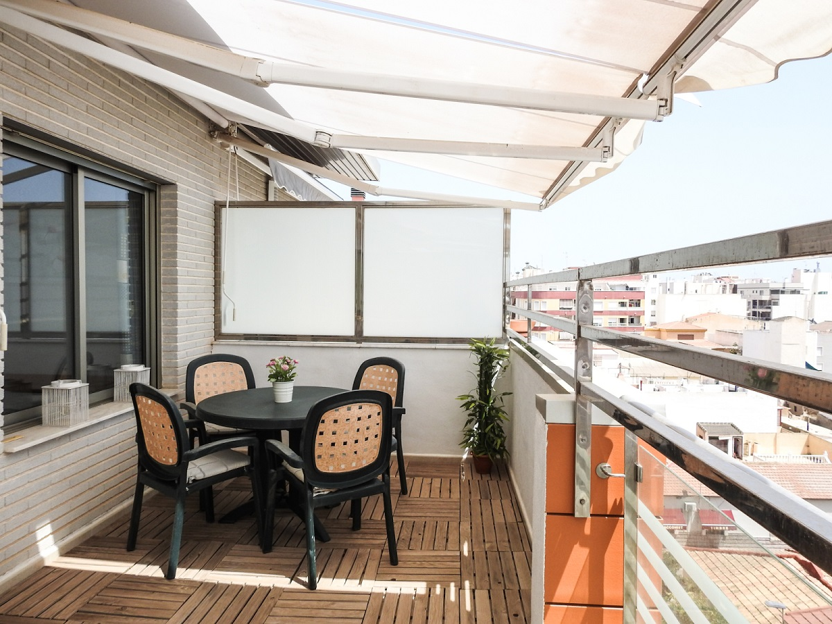 Penthouse for sale with private roof terrace near the harbor and Acequión beach in Torrevieja.