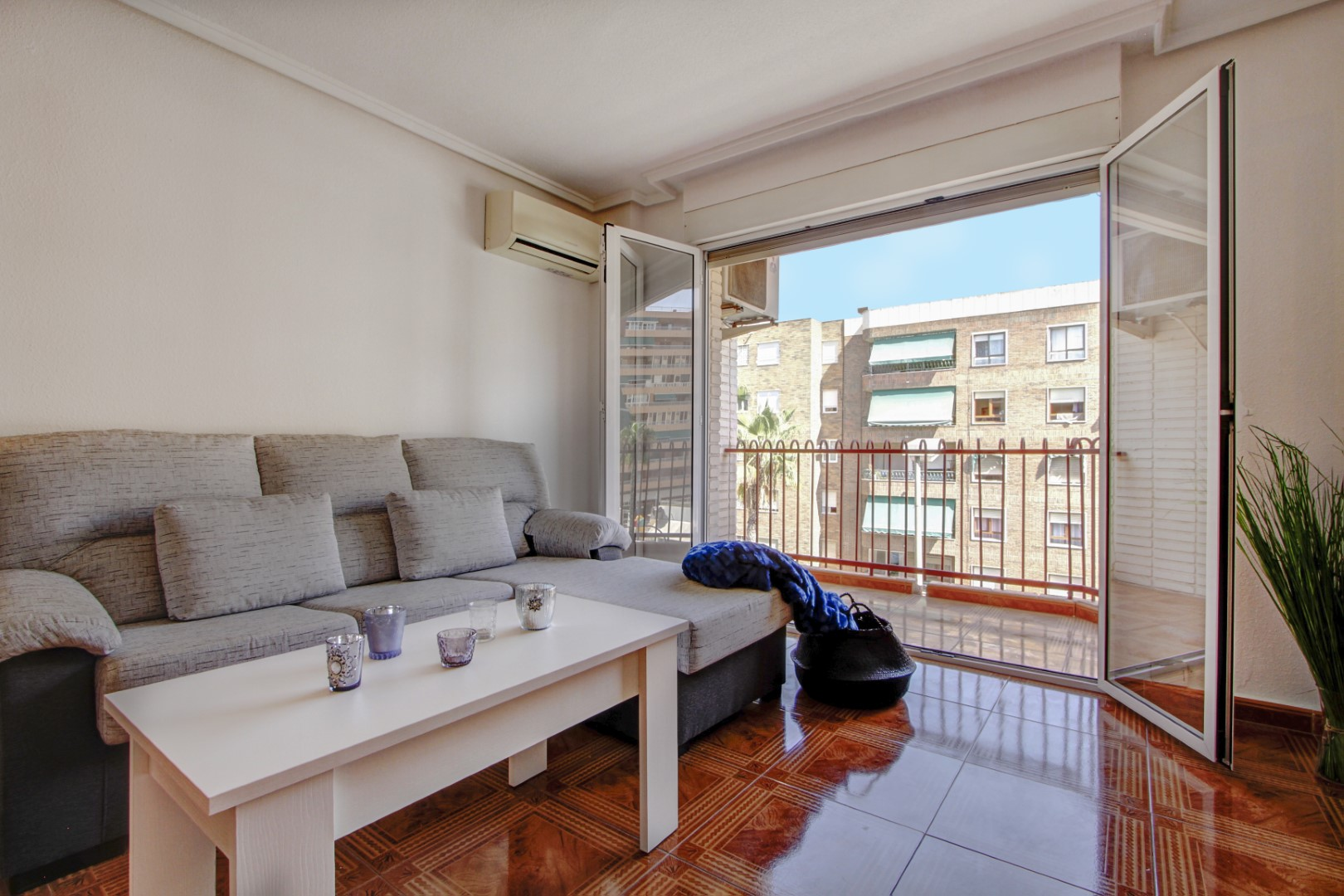 Refreshed and newly furnished apartment for sale near the beach del Acequión in Torrevieja.