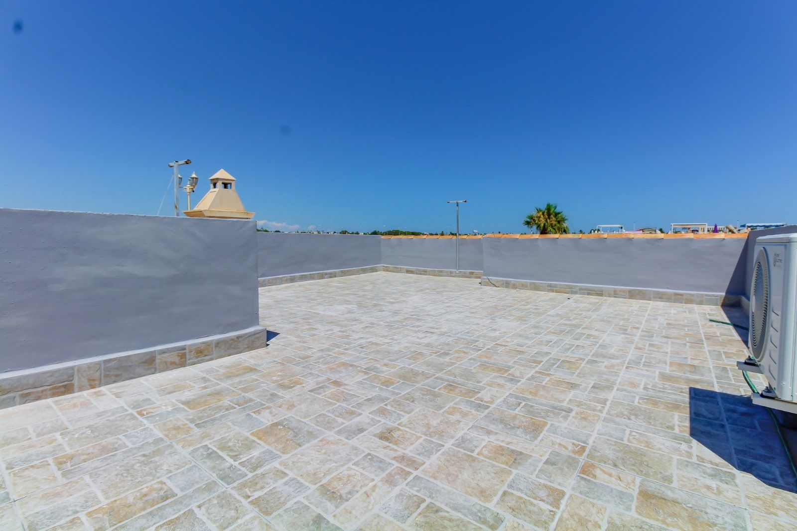 Upstairs apartment for sale with a sunny roof terrace in Paraje Natural, Torrevieja.
