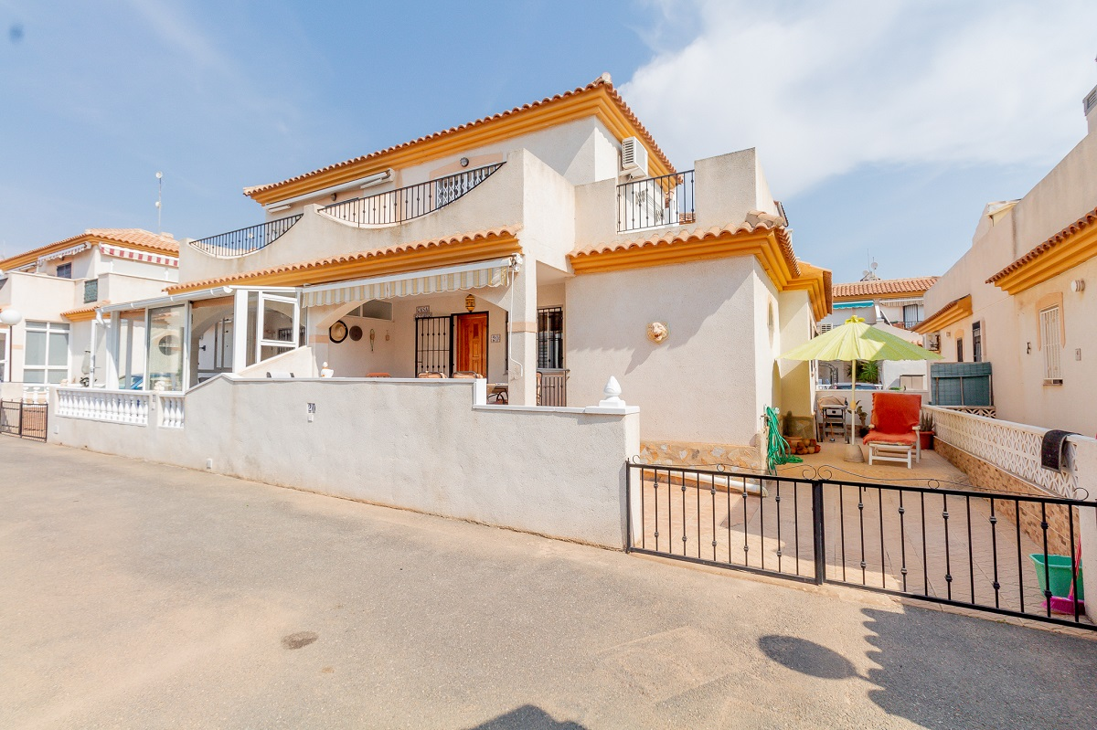 Stunning semi-detached villa for sale in the well known residential of Iria V, Playa Flamenca.