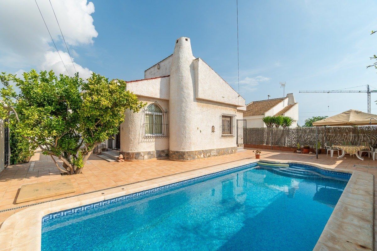 Mediterranean villa for sale with private pool near the beach in Mil Palmeras.